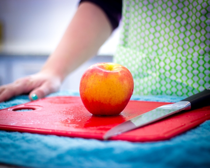 The fastest way to cut an apple. Step 1.