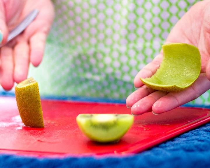 cut a kiwi fast